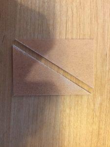 傾きをつけ、立たせるため二等辺三角形を二枚切り出します