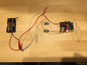 電池と一台目のmicro:bitをつなぎます
