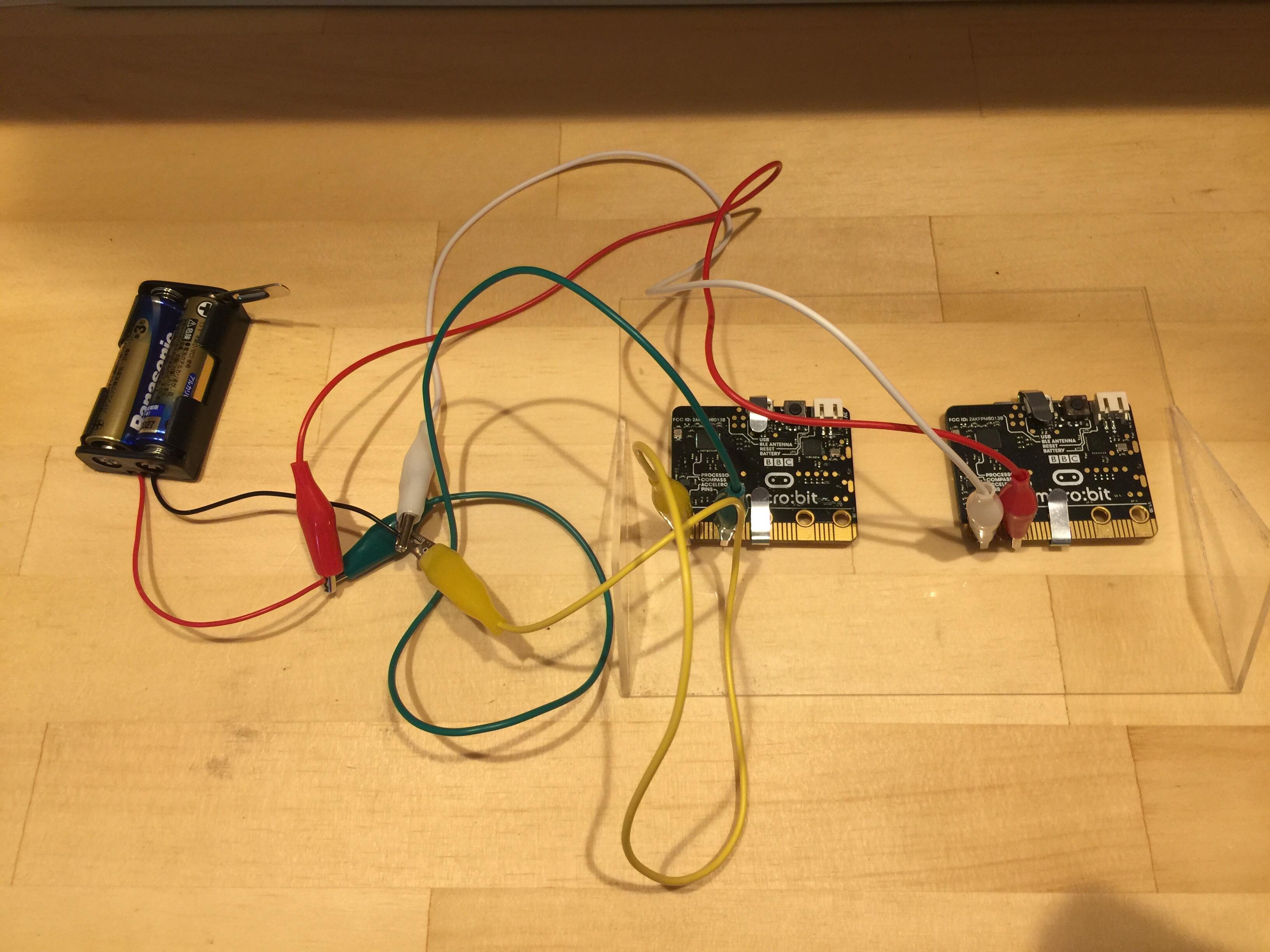 電池と二台目のmicro:bitをつなぎます