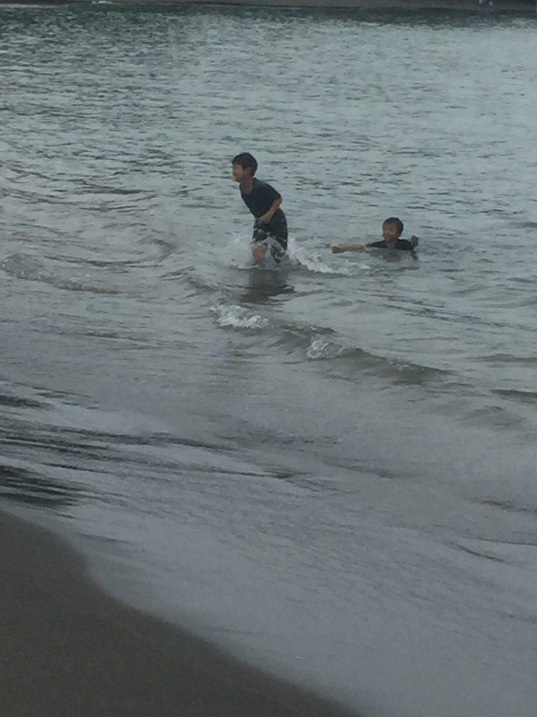 普段着のまま、海に飛び込んでしまった子どもたち